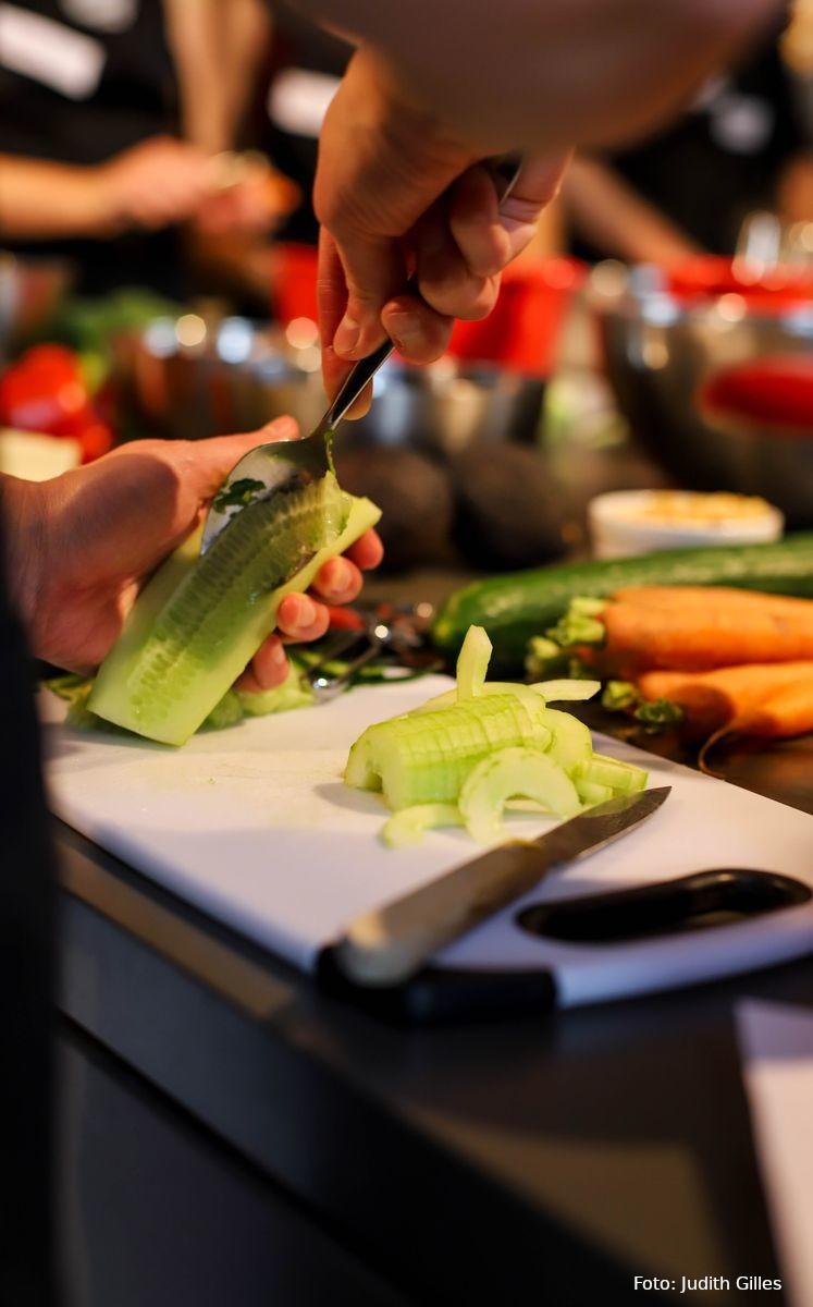 Kerne aus Salatgurke schaben