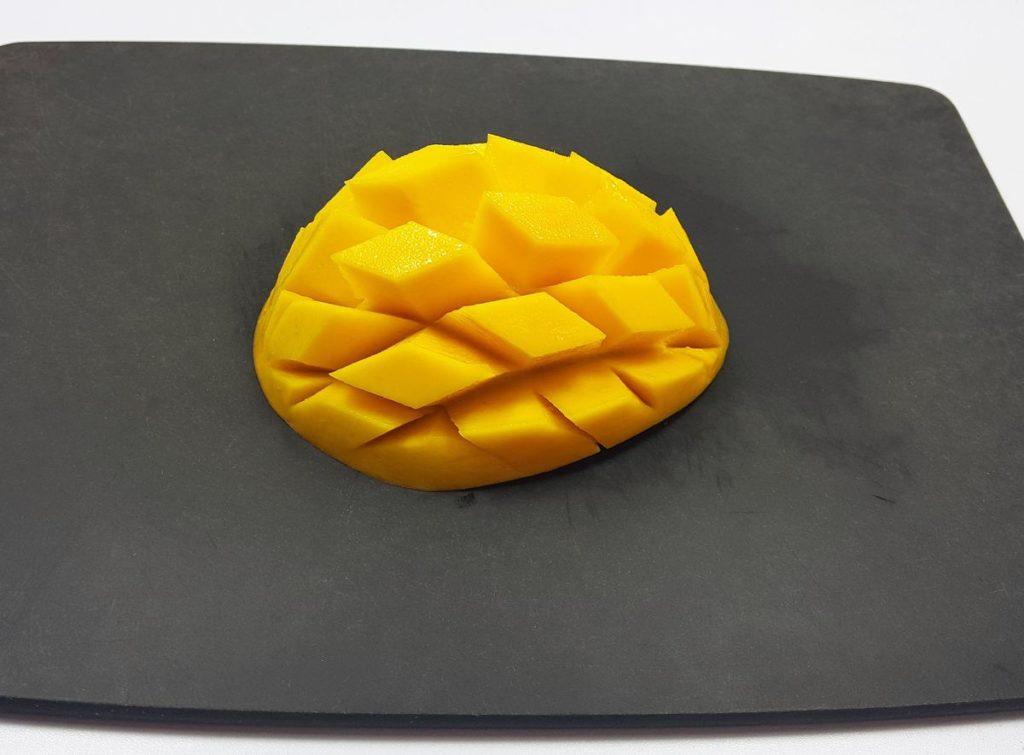 Mango-Igel auf schwarzem Brett