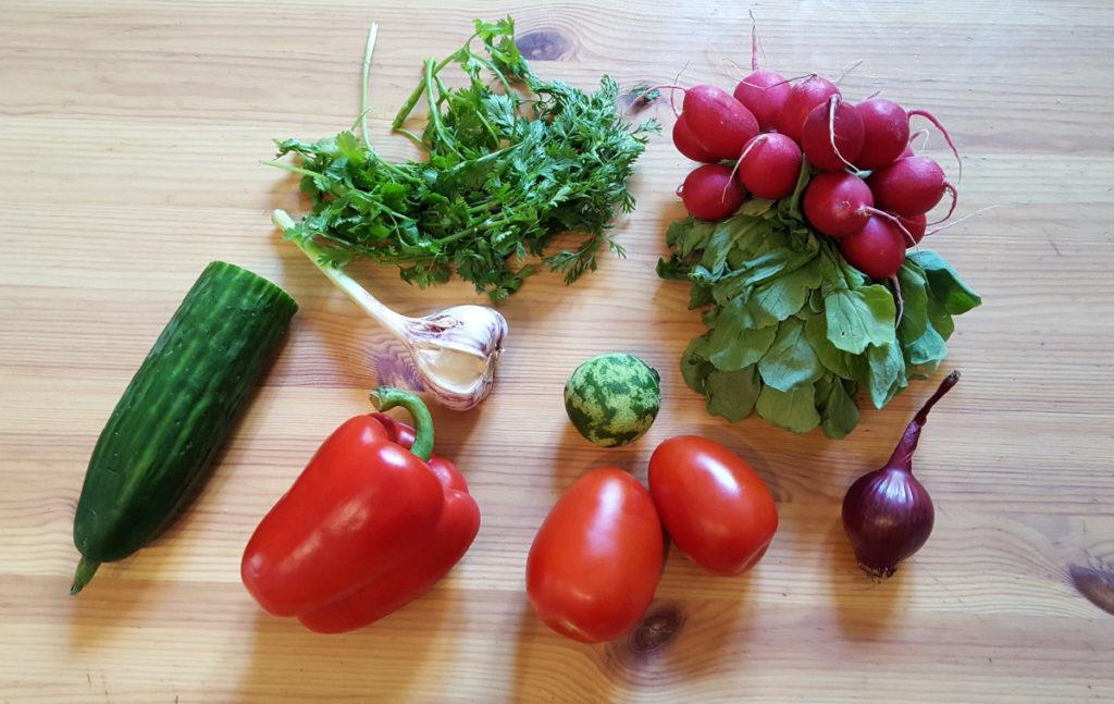 Verschiedene Gemüsesorten auf einem Holzbrett für einfach veggie!
