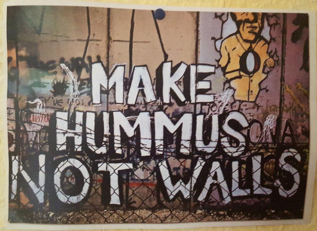 Make Hummus not walls Aufschrift auf einer Mauer