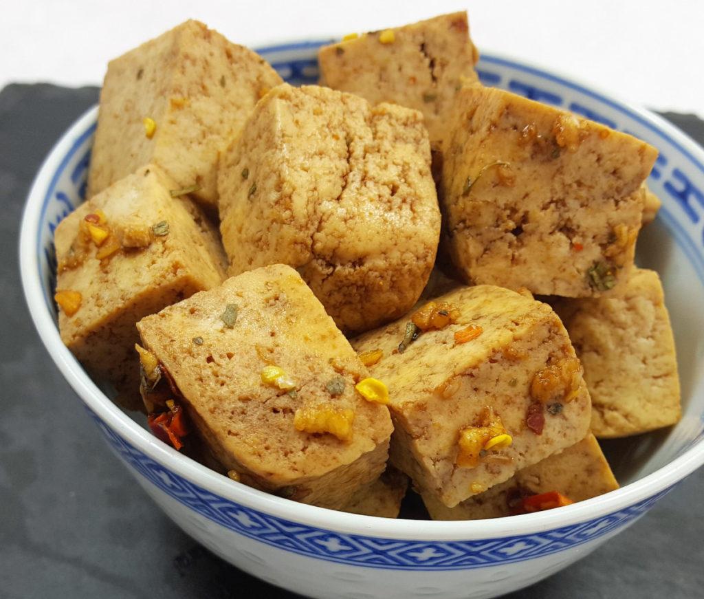 Marinierter Tofu gewürfelt in Chinaschale