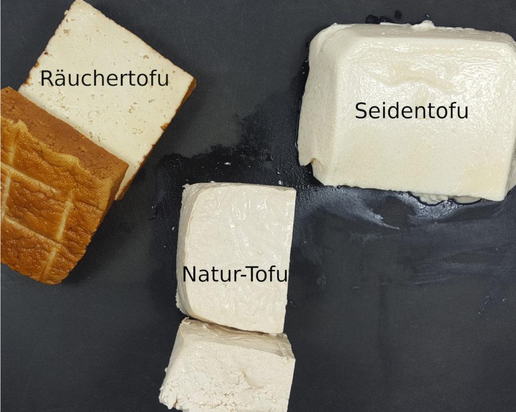 Räuchertofu, Seidentofu, Natur-Tofu auf schwarzem Untergund