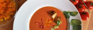 Suppenteller mit Gazpacho, Gemüse in Schälchen