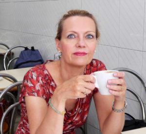 Ricarda Nolte mit Kaffeetasse am Tisch Kontakt