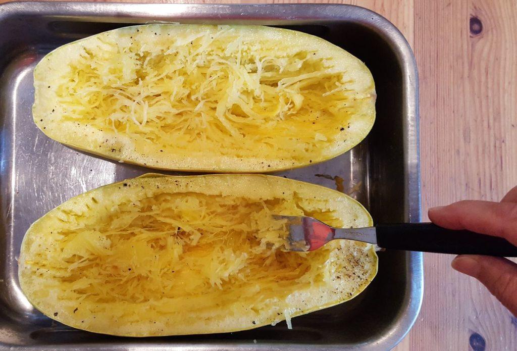 Spaghettikürbis gebacken in Auflaufform mit Gabel