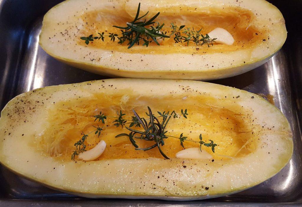 Spaghettikürbis in Auflaufform mit Knoblauch und Kräutern für überbackener Spaghettikürbis